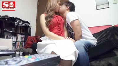 三上悠亜♡キスしただけでフル勃起バレないように手でチンポを押さえ込むファン