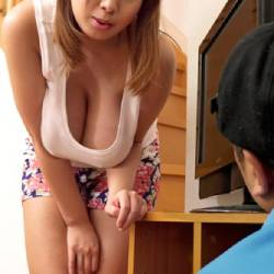 塚田詩織♡上京して間もない爆乳お姉さん寂しさのあまり出前に来た男を谷間強調タンクトップでその気にさせる