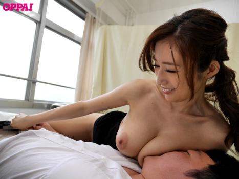 JULIA♡巨乳美女のオッパイ吸いながら授乳手コキプレイ